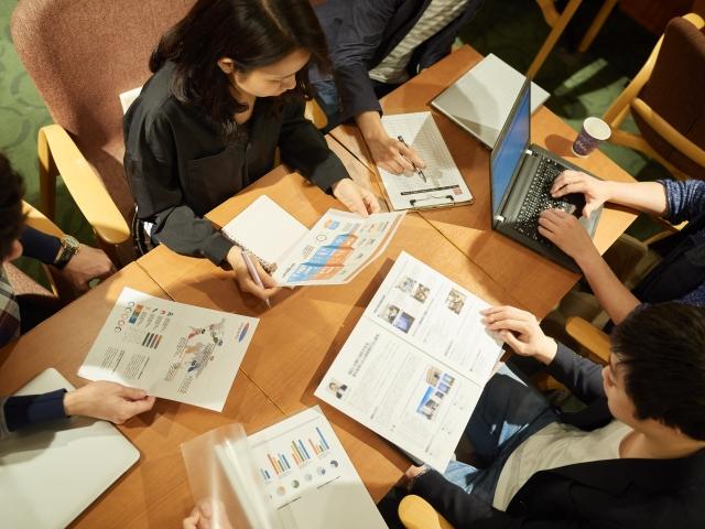議事録を共同編集すれば情報共有の効率化に繋がる。共同編集のメリットややり方を解説